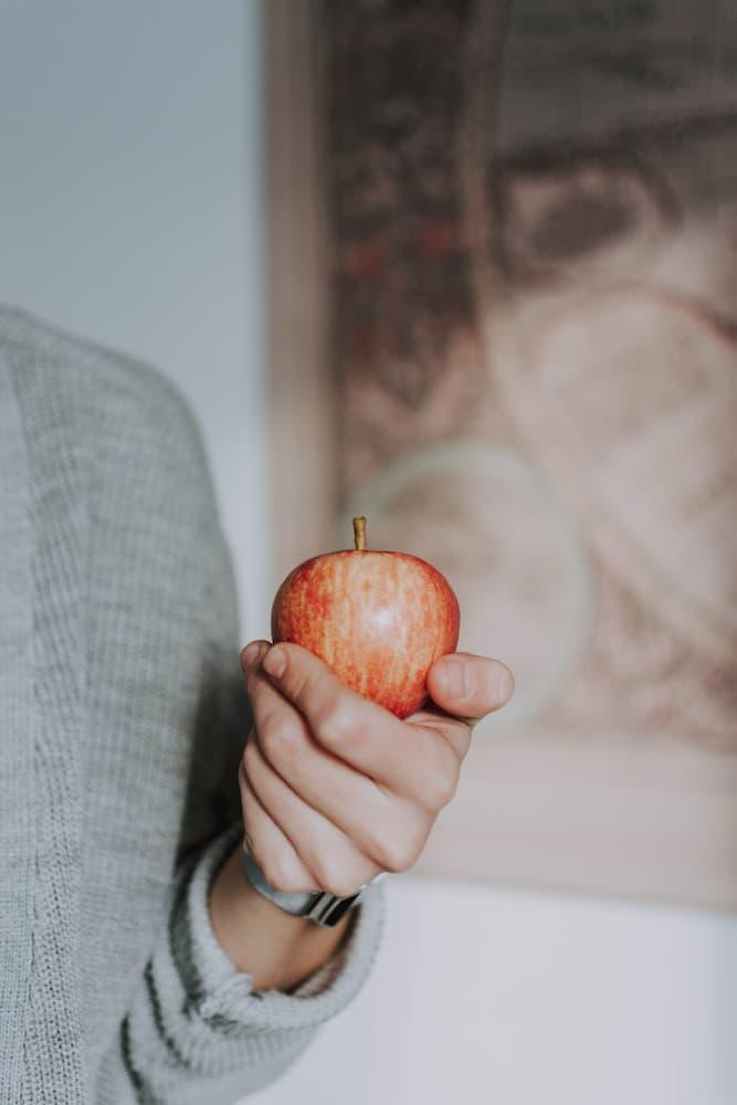Gesundheit erhalten -  person holding crimson apple fruit 3235564 1